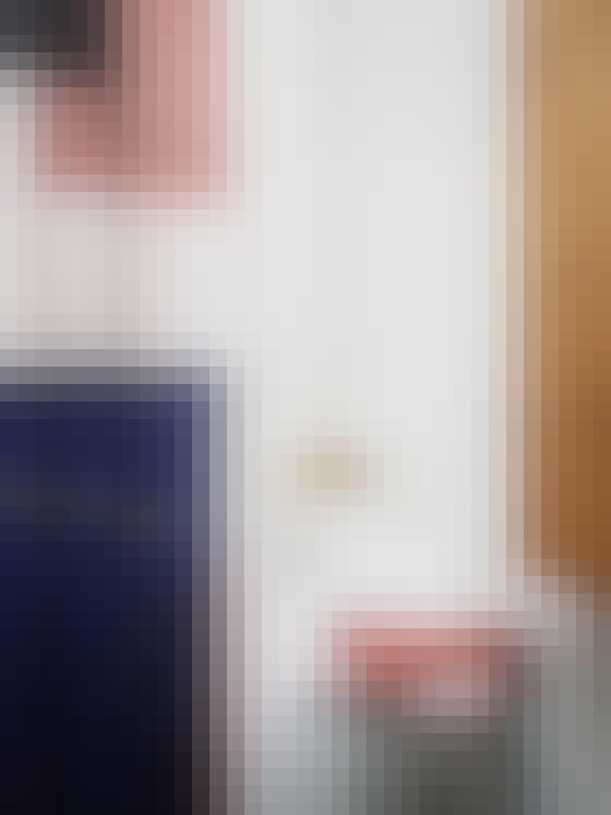 Farvet badeforhæng med grafiske elementer