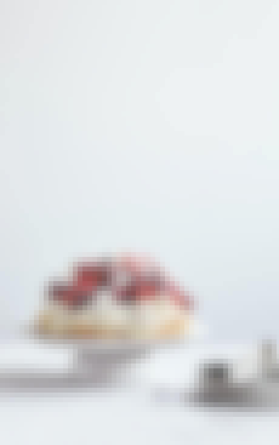 Nødde-marengskage med sommerbær