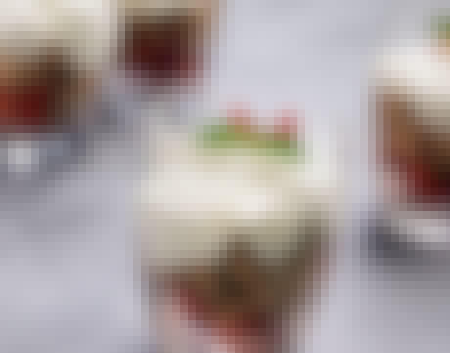 Trifli med søde jordbær og flødeskum