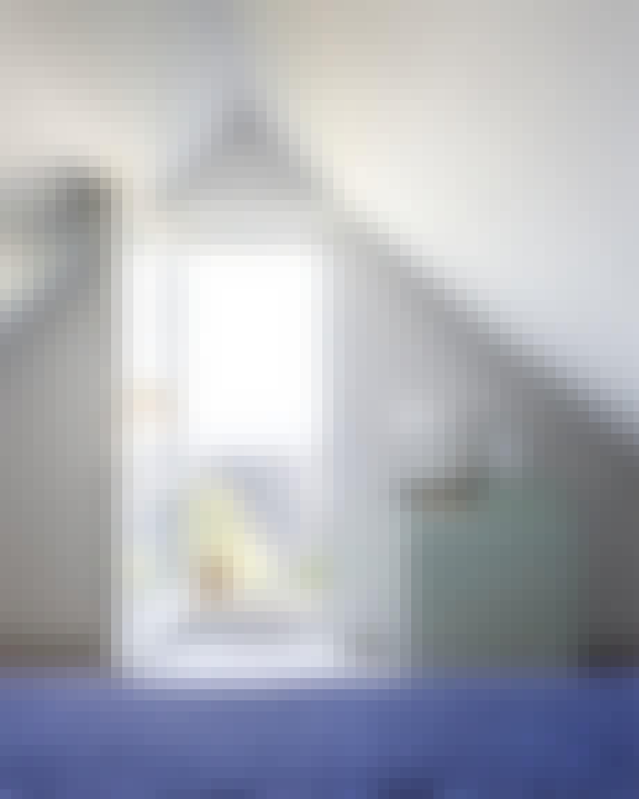 Soveværelse med smuk og enkel kommode