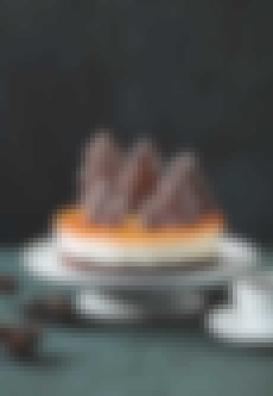 cheesecake med brunkage bund og juletræs brunkager pynt