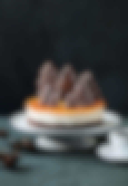 Brunkage-cheesecake med havtorn & kageskov