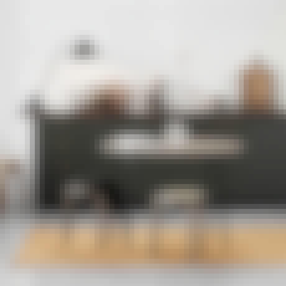 Spisebord i røkt eik