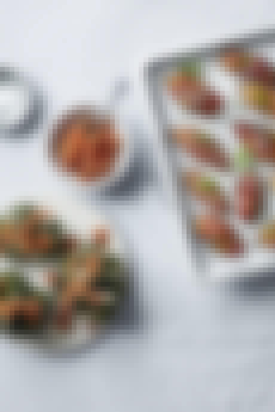 Små grillede auberginer og broccolihoveder