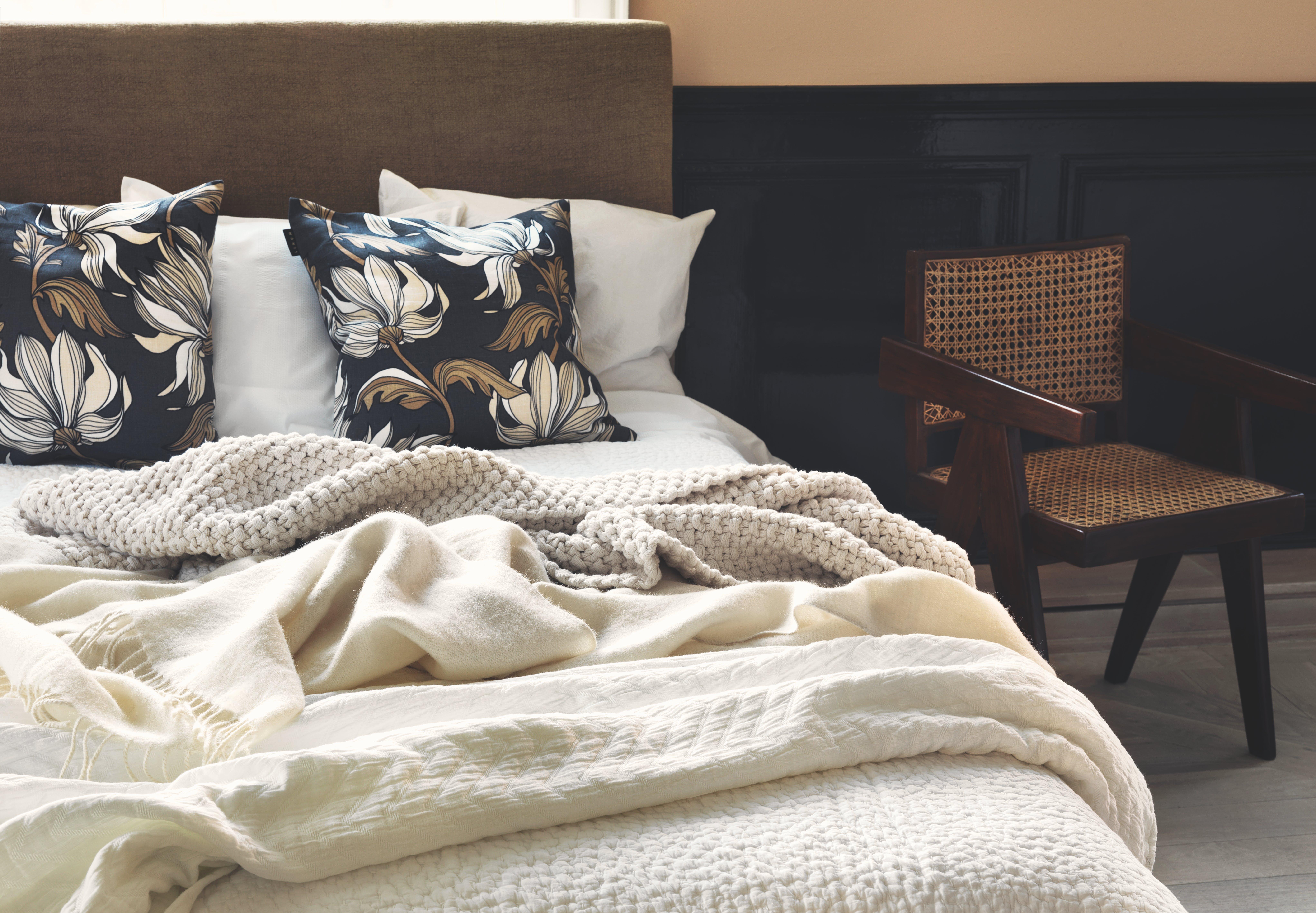 Linum puder og tæpper i en seng