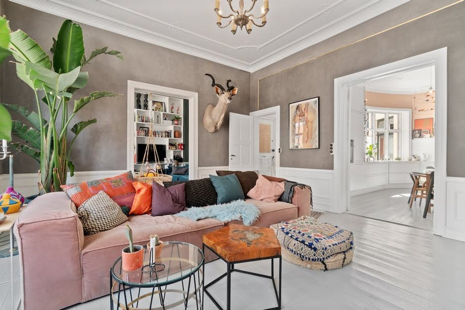 stue sofa lyserød plante sofabord sofie linde lejlighed