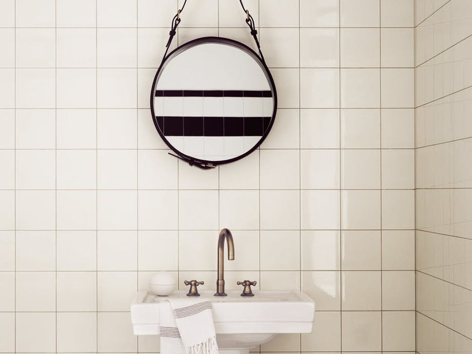Gubi spejl indretning badeværelse vask klinker messing vandhane