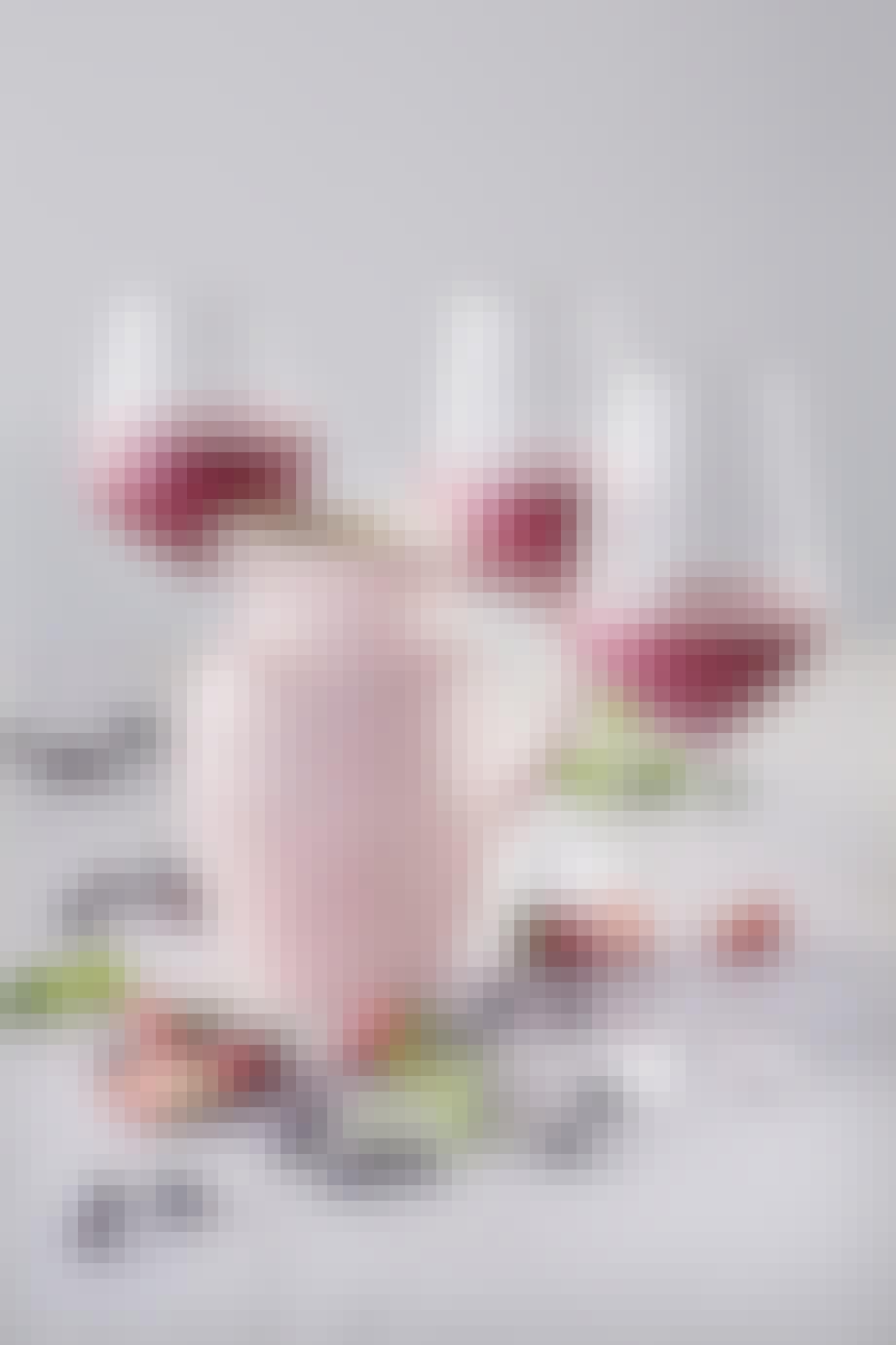 """Kande (0,6 l.) fra Le Creuset i """"chiffon pink"""". Vejledende pris: 199,95 kr."""