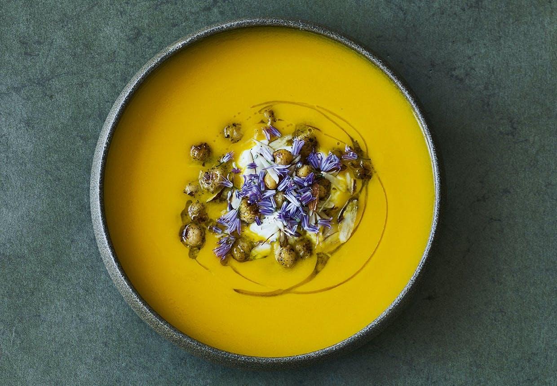 gulerodssuppe med kardemomme yoghurt opskrift