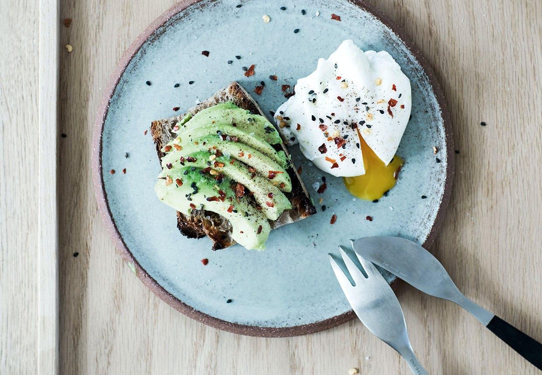 Avokadotoast med pocheret æg opskrift morgenmad