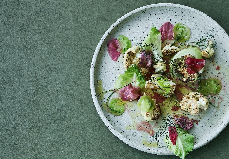 Stegt blomkål grønne tomater hybenroser bronzefennikel
