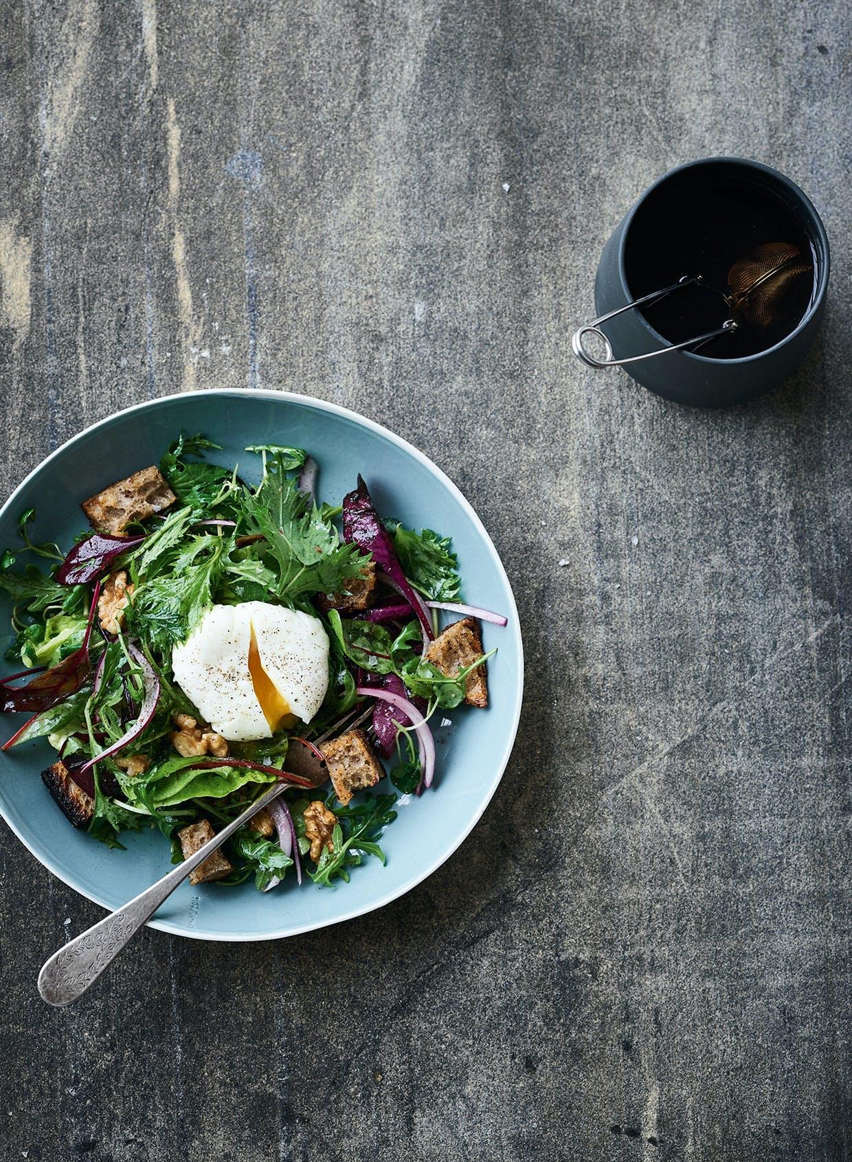morgenmadssalat pocheret æg surdejscroutoner