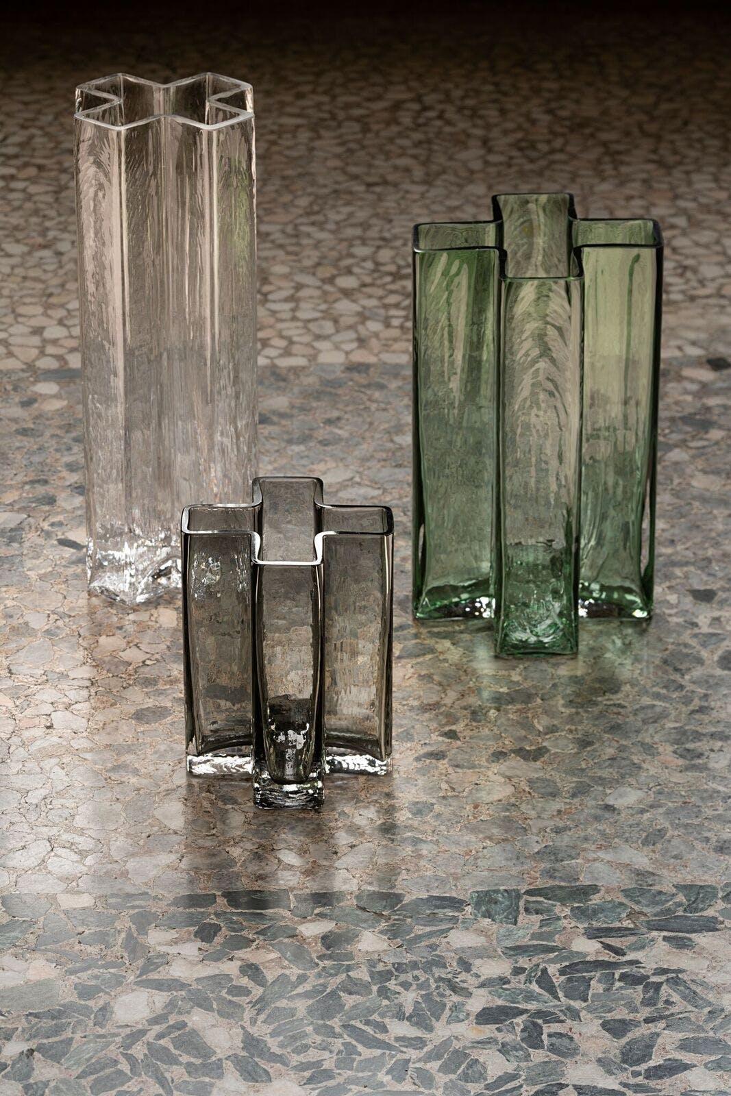 Bodil Kjærs Cross-vaser fra Holmegaard.