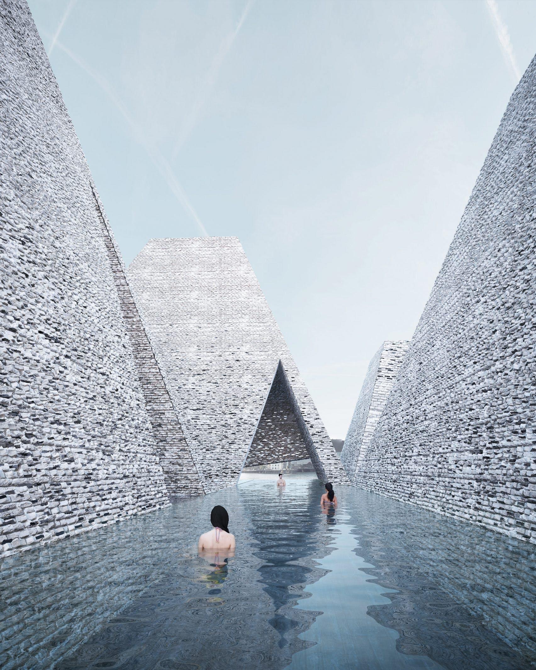 Den udendørs pool bugter sig mellem stenpyramiderne.