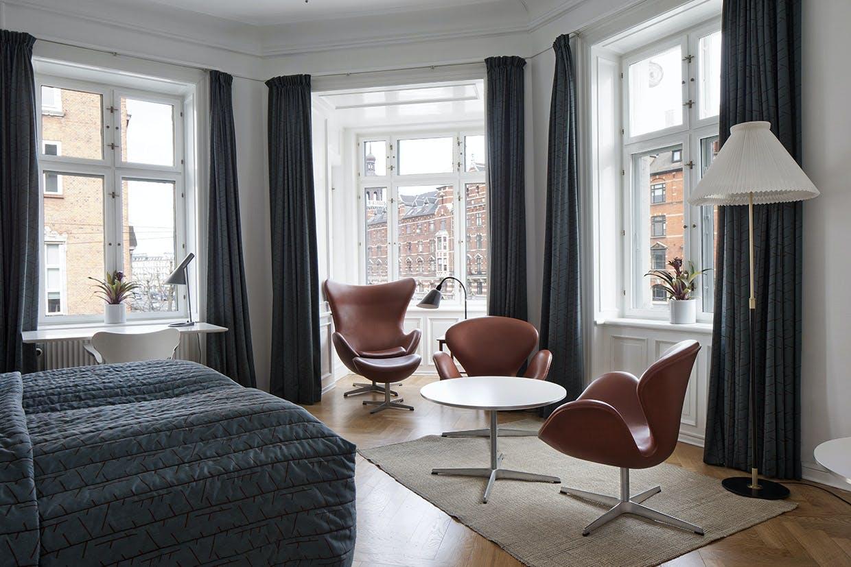 Arne Jacobsen-deluxe room hos Hotel Alexandra i København.