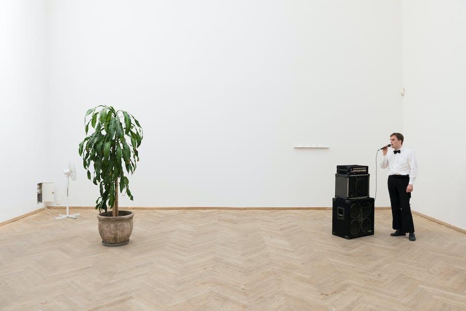 """Performancekunst af Kristoffer Raasted: """"Orchid Domain""""."""