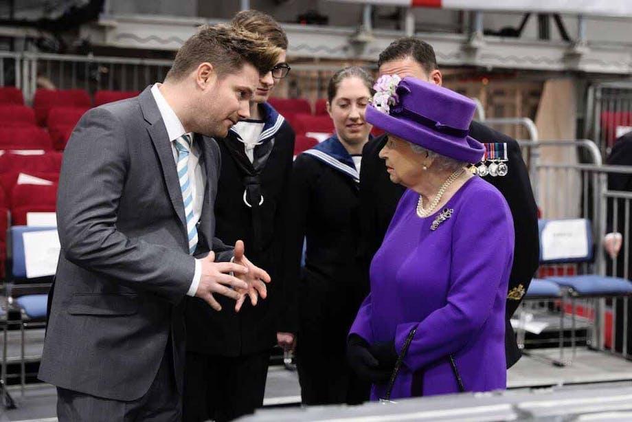 David Duncan møder Dronning Elizabeth ll, som han har lavet kager til.