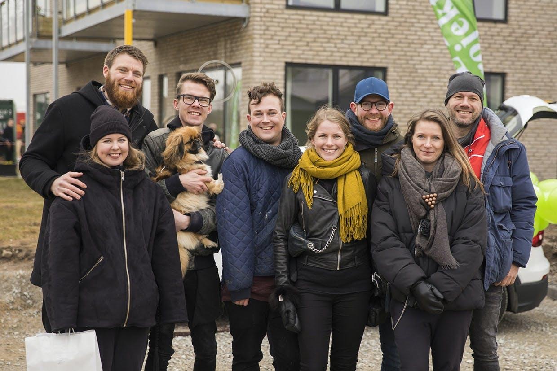 De otte nybyggere - fra venstre Charlotte & Fredrik, Mike & Thomas, Maria & Kristian og Bolette & Jimmi foran Nybyggerhuset til åbent hus i 2E Bolig Projektsalgs NærHeden-projekt i Hedehusene.