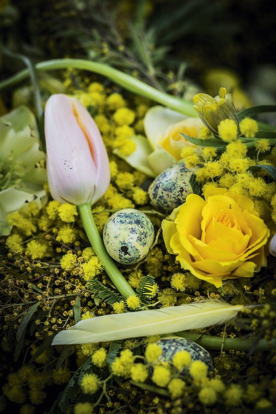 blomsterkrans til påskebordet med tulipan og rose
