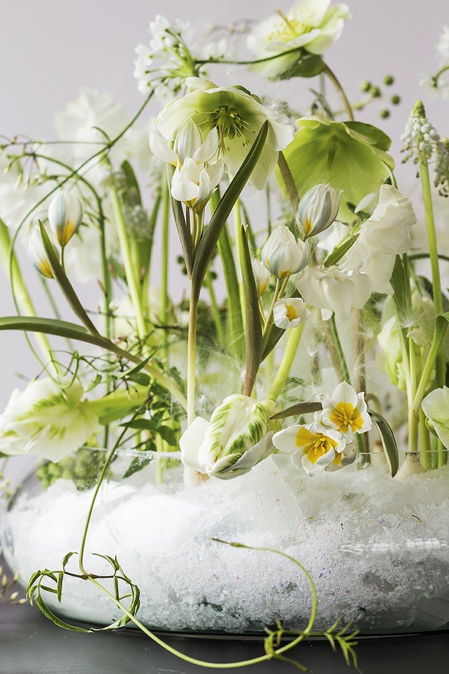 blomsterdekoration med kunstig sne