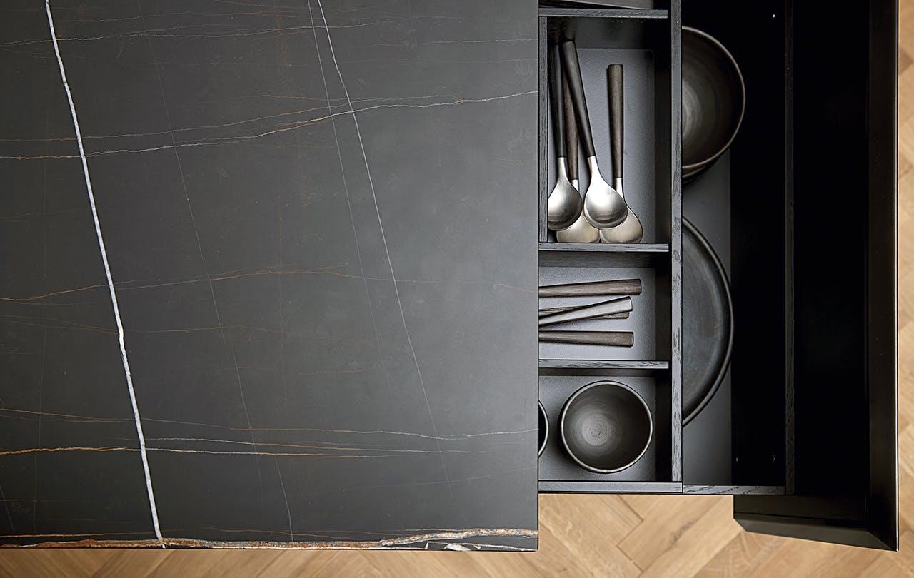 multiform med et nyt køkken i marmor bordplade