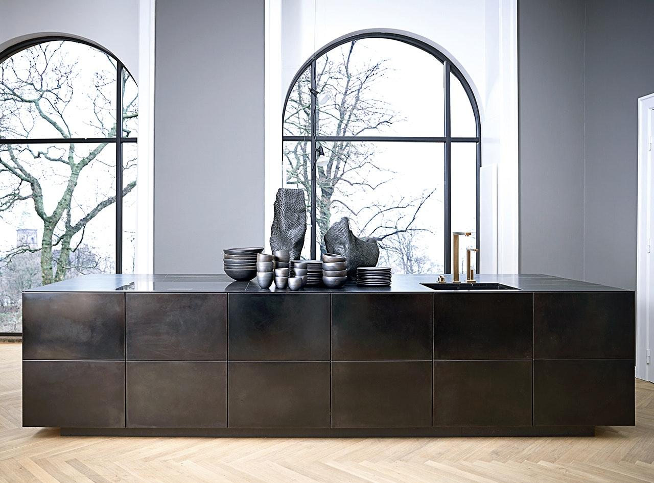 nyt køkken fra multiform i sortoxideret stål form 45