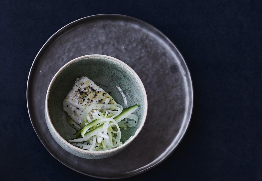 torsk opskrift med glaskål agurk og sesam