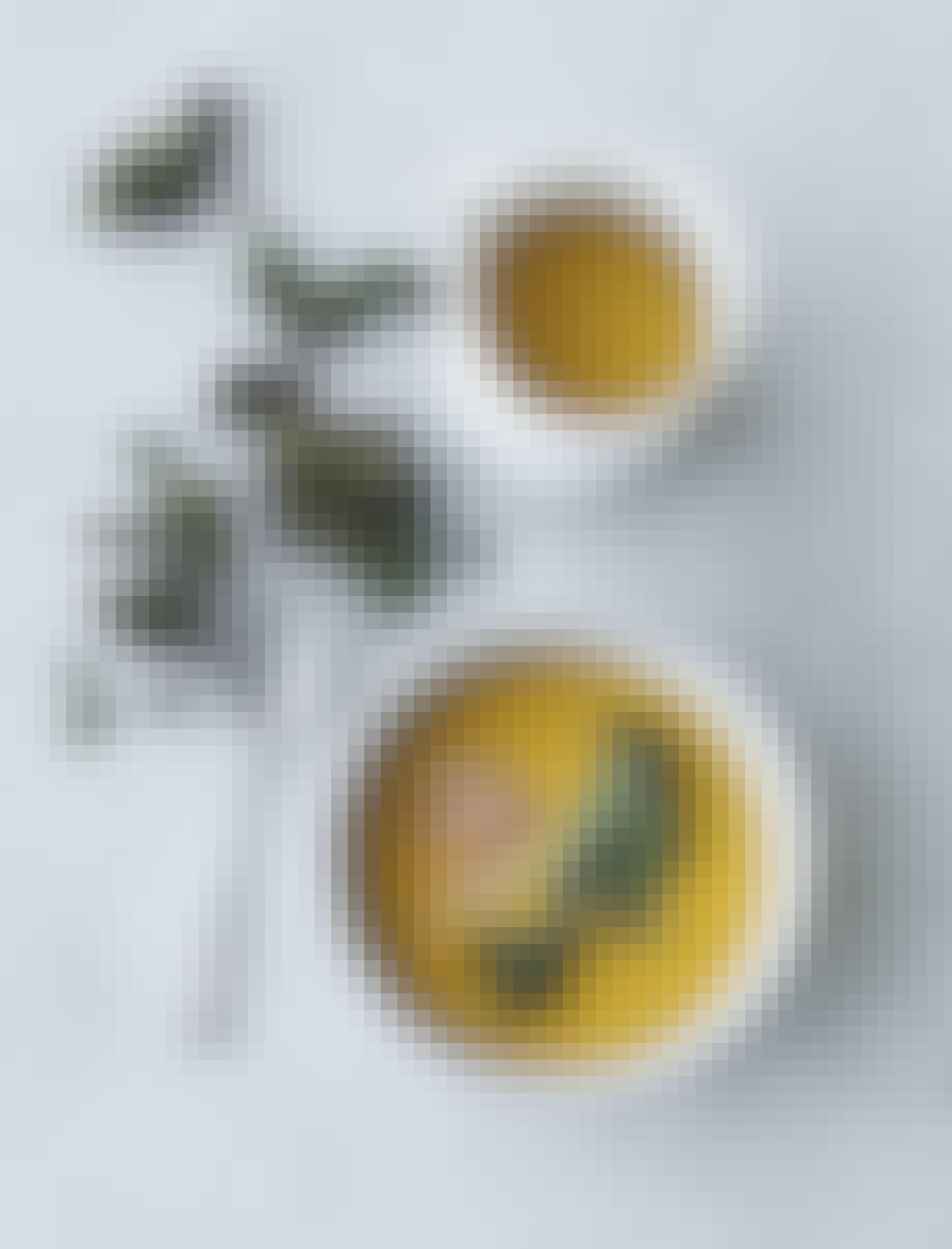 gulerodssuppe med sprød grønkål og æbler opskrift
