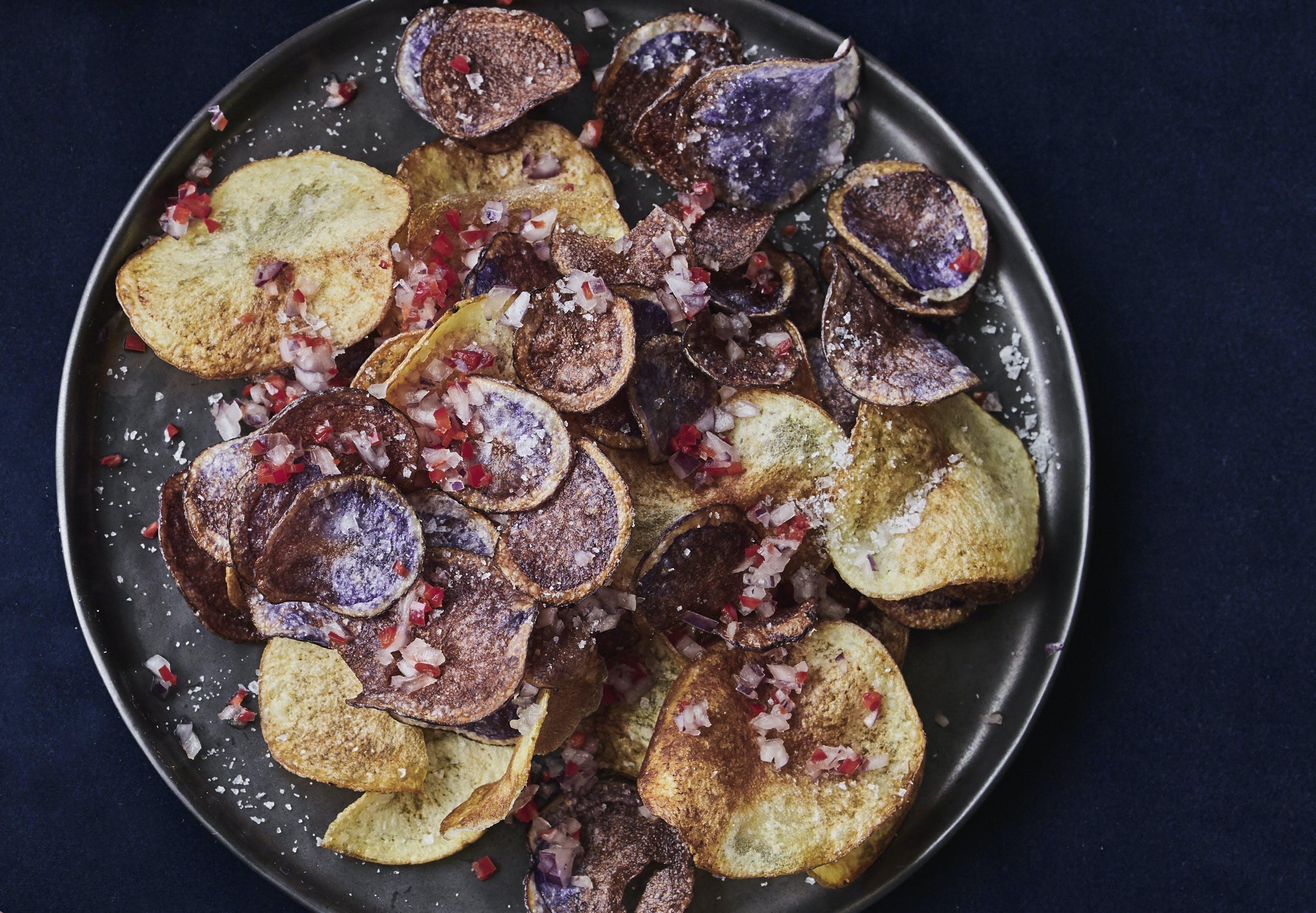 Hjemmelavede chips med rødløg og chili