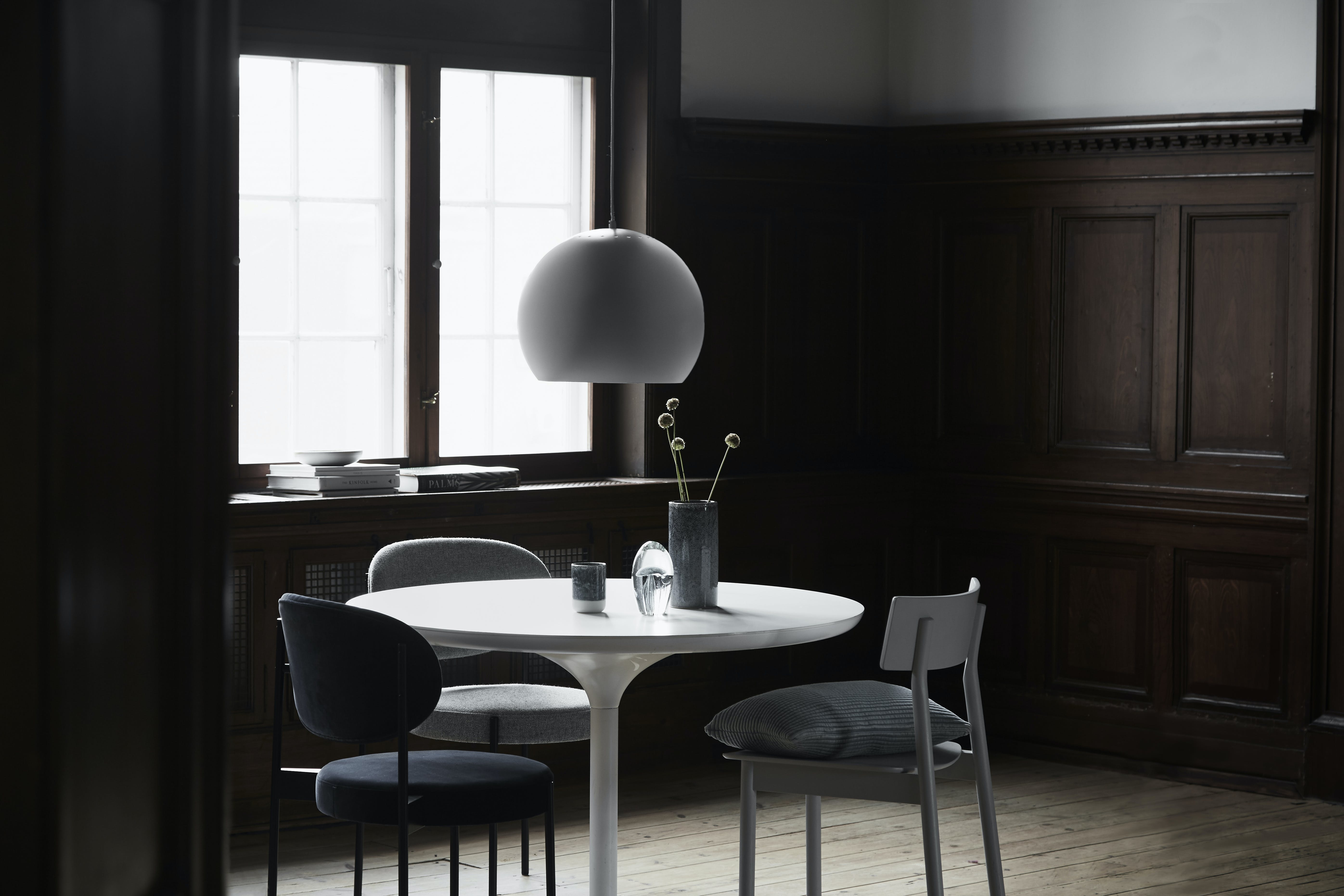 I år fylder Ball-lampen 50 år, og det bliver markeret med en ny lancering: en mega-version af lampen på 40 cm i diameter, der sikkert vil tage sig godt ud hængende over et spisebord.