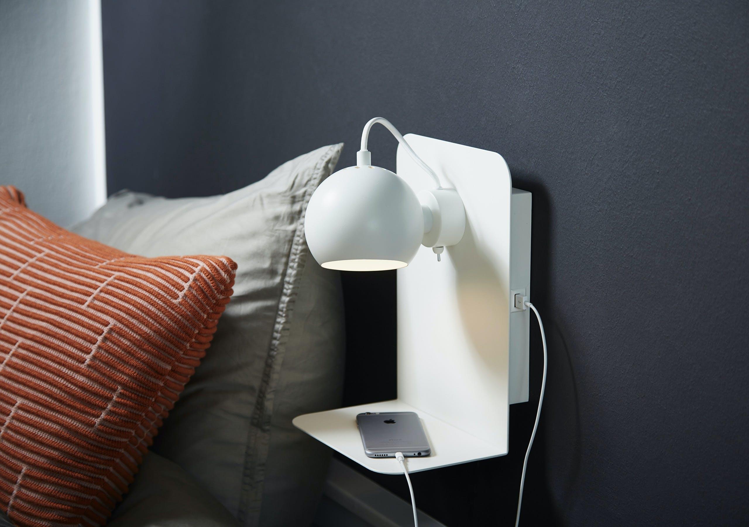 """Udover den nye mega-version af Ball-lampen, er det nyeste skud på stammen i Ball-serien lampen """"Ball USB""""."""