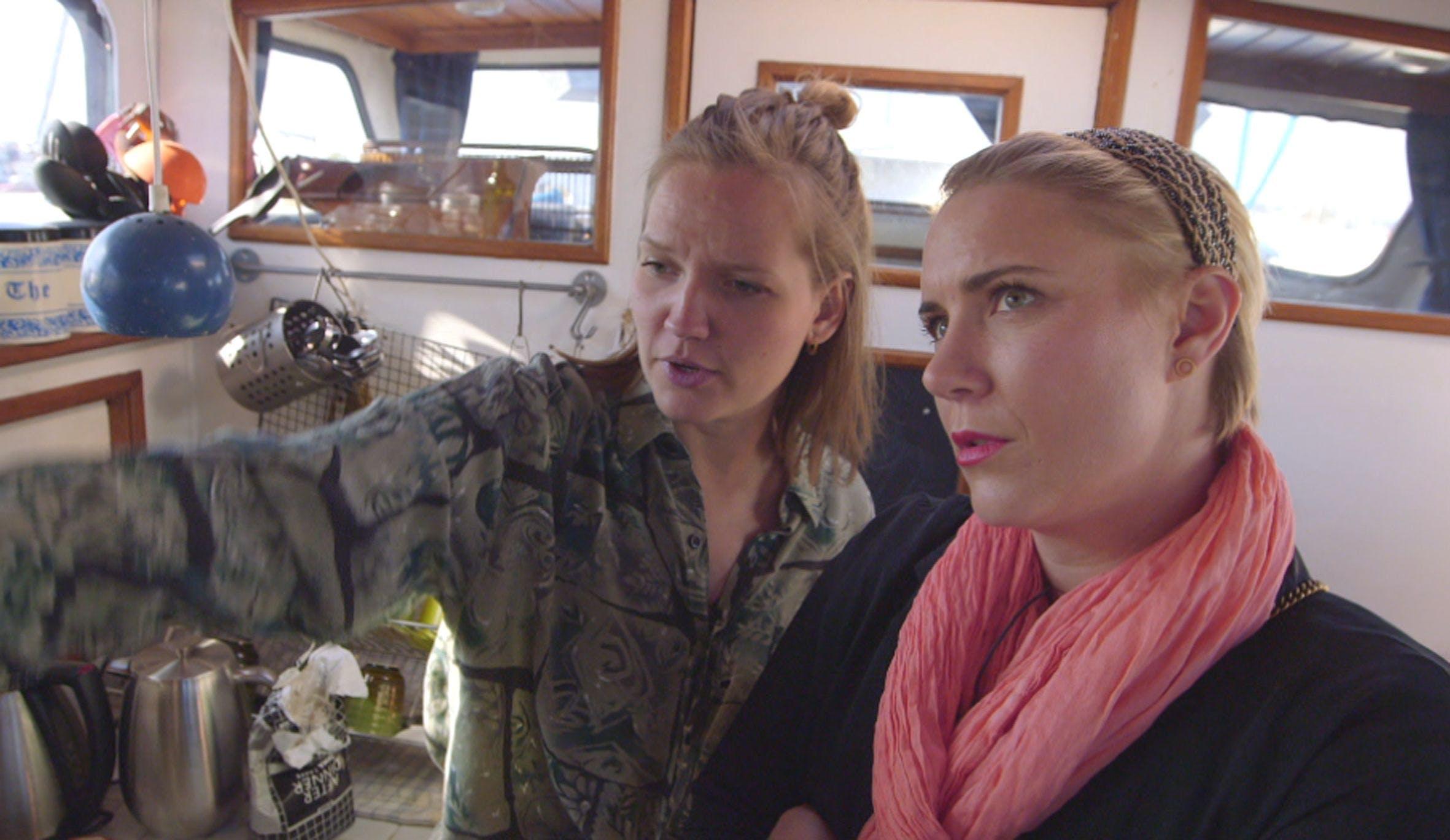 """I første program """"Nyt hjem – uden vold"""" på DR2 hjælper boligstylist Mette Helena Rasmussen (th.) med at indrette Hannes husbåd."""