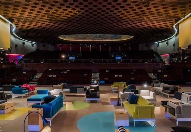 Tom Dixon og Ikea præsenterede deres 'DELAKTIG'-kollektion på designfestivalen i Milano i 2017. Her blev møblerne vist frem i biografen Multiplex.