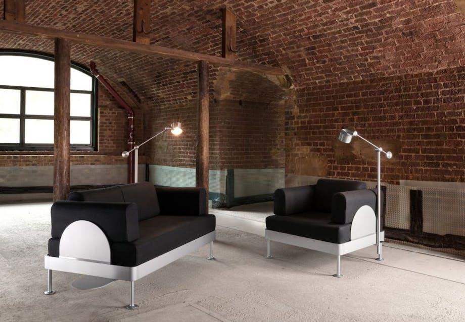 Sofaen og stolen kan købes hos IKEA. Lamperne og sidebordet kan købes i Tom Dixons webshop.