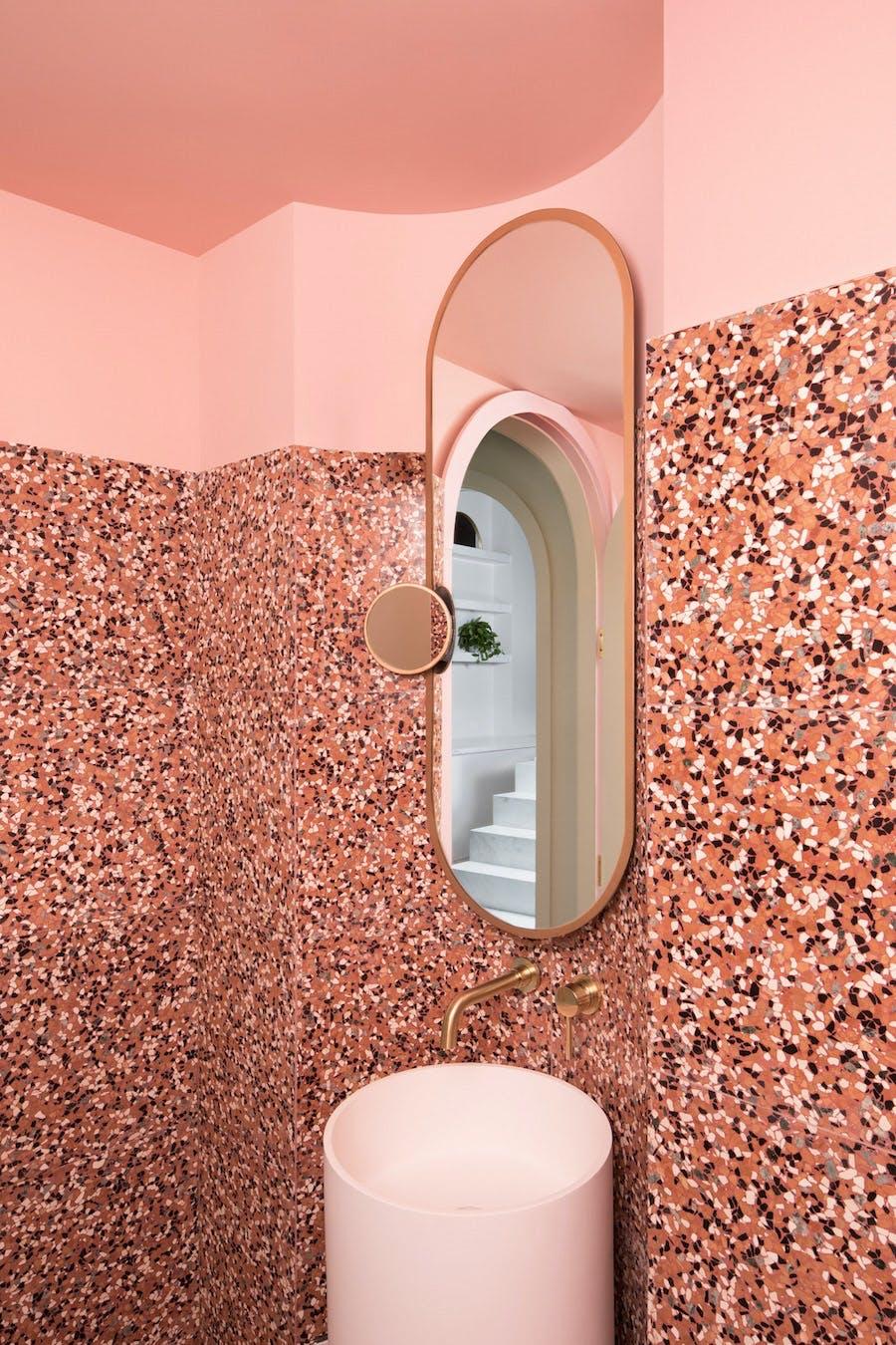 pastel farver feminin indrening cafe terrazzo rød orange