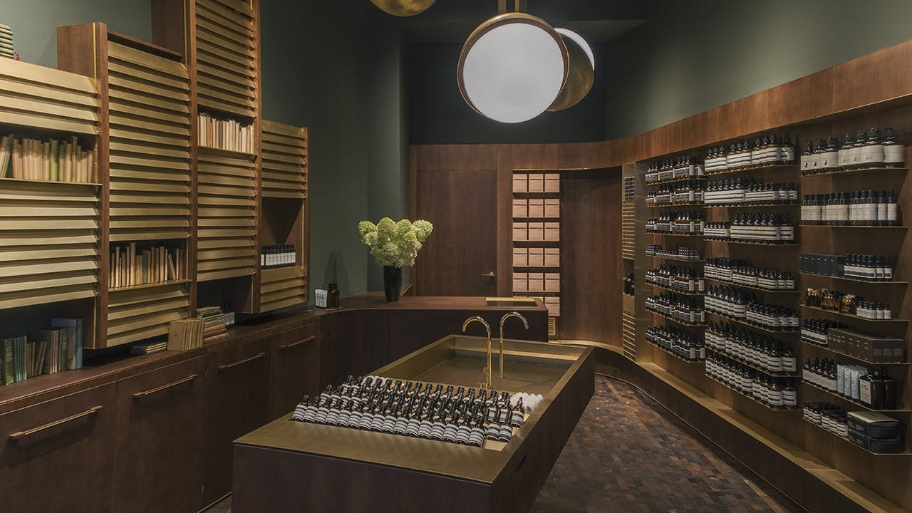 Aesop arkitektur showroom butiksinteriør wien messing