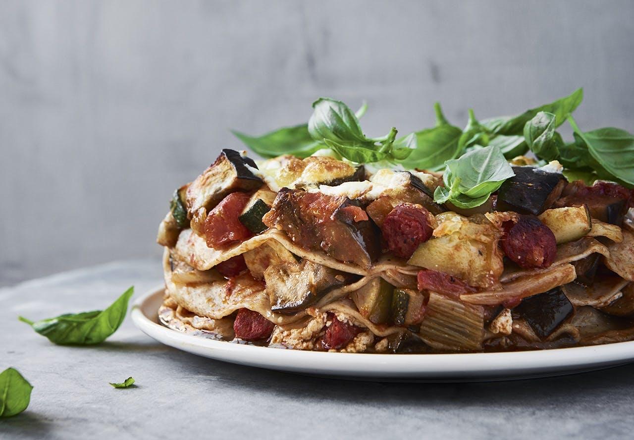 Tortillalasagne med ratatouille, chorizo og ricotta