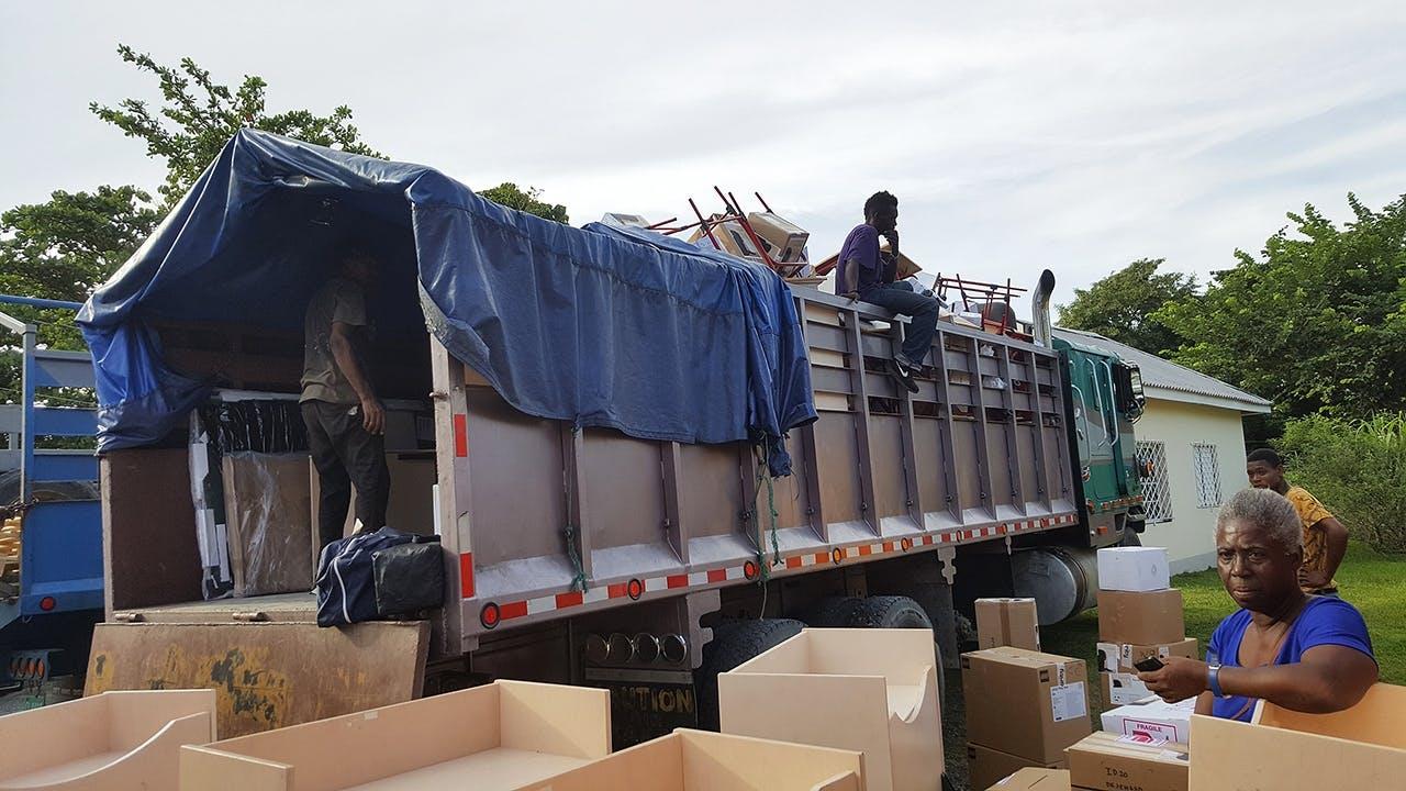 lastbil fyldt med donerede skoleting til skole i Jamaica