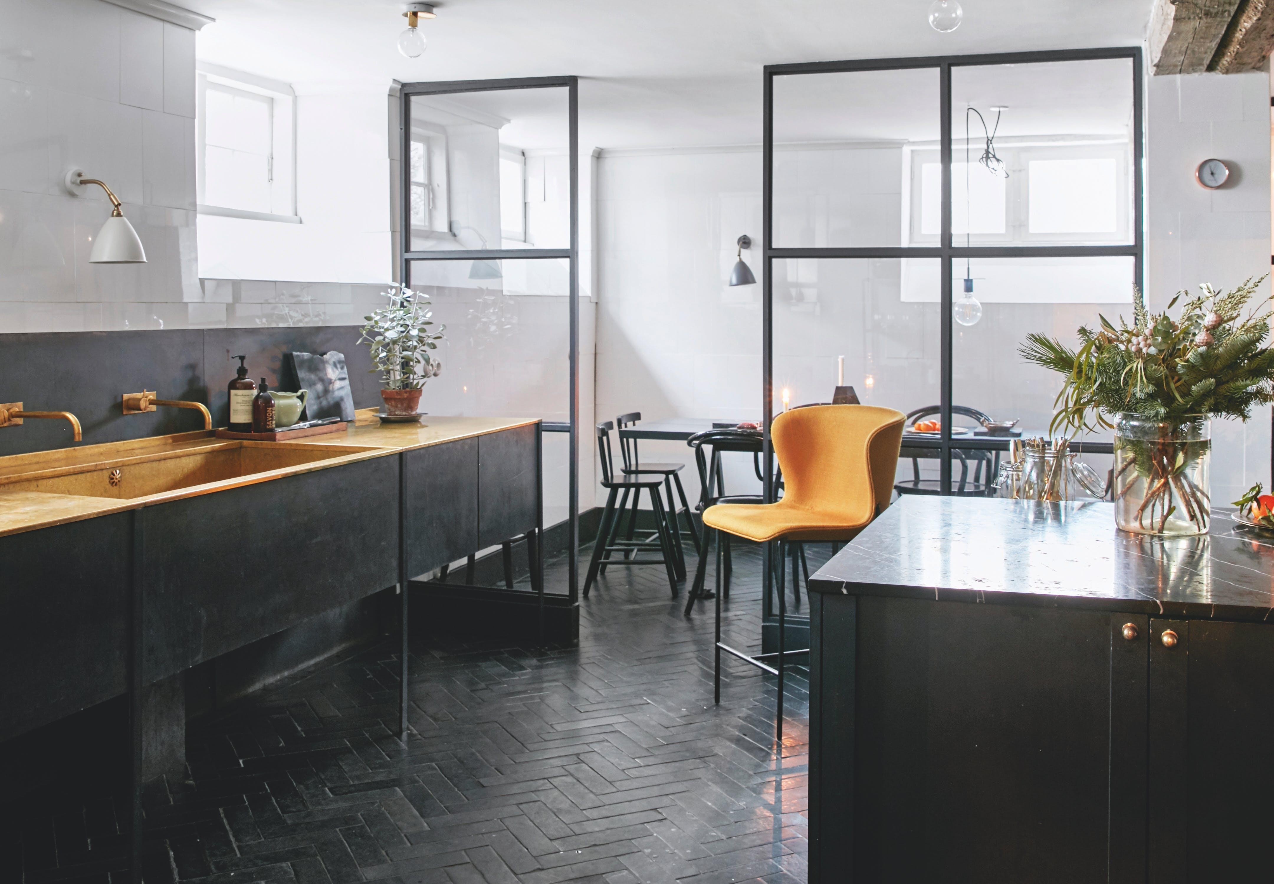 designparret bag friends & founders køkken i sort og orange