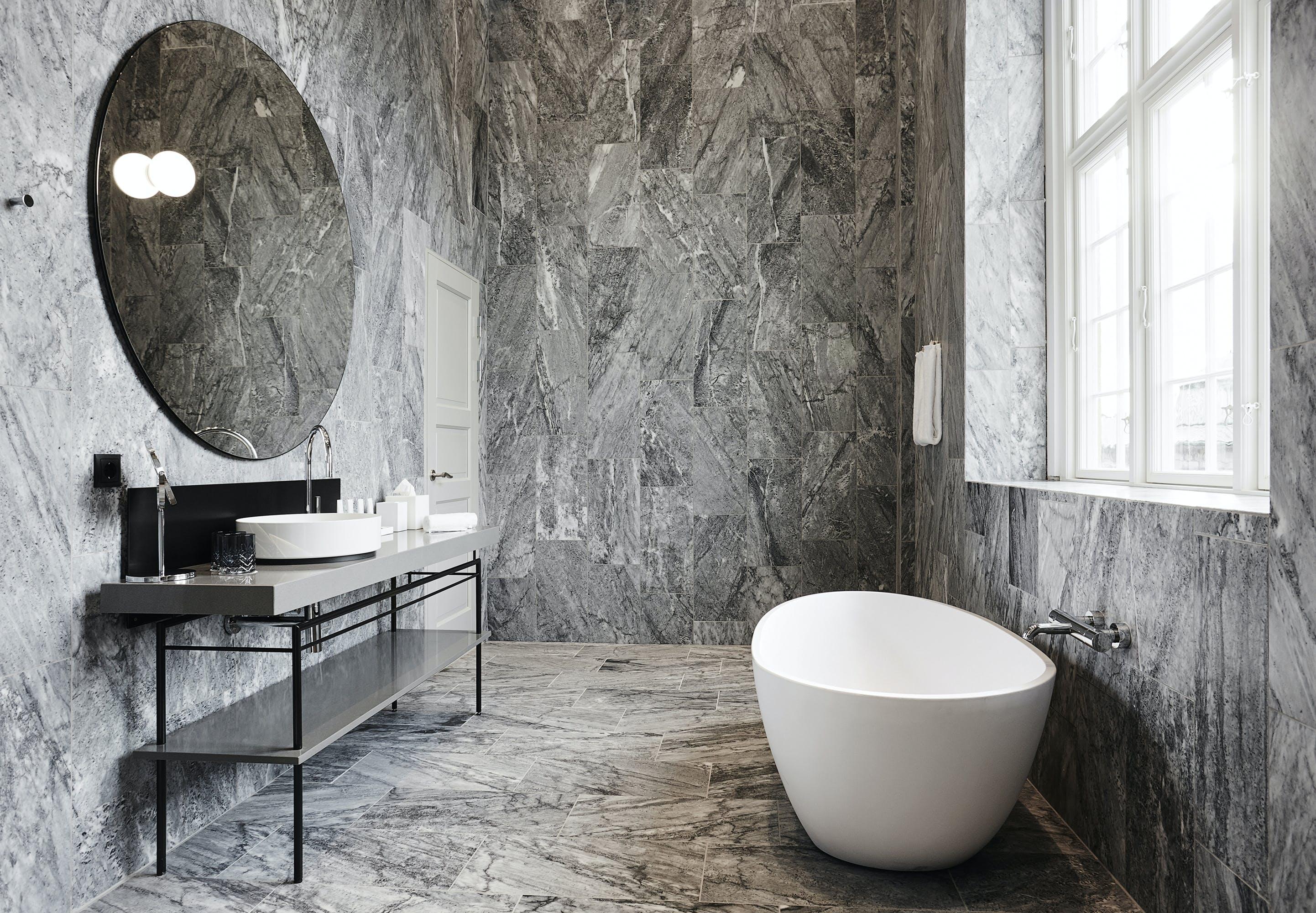 Nobis Hotel badeværelse med badekar og gulv og vægge i marmor