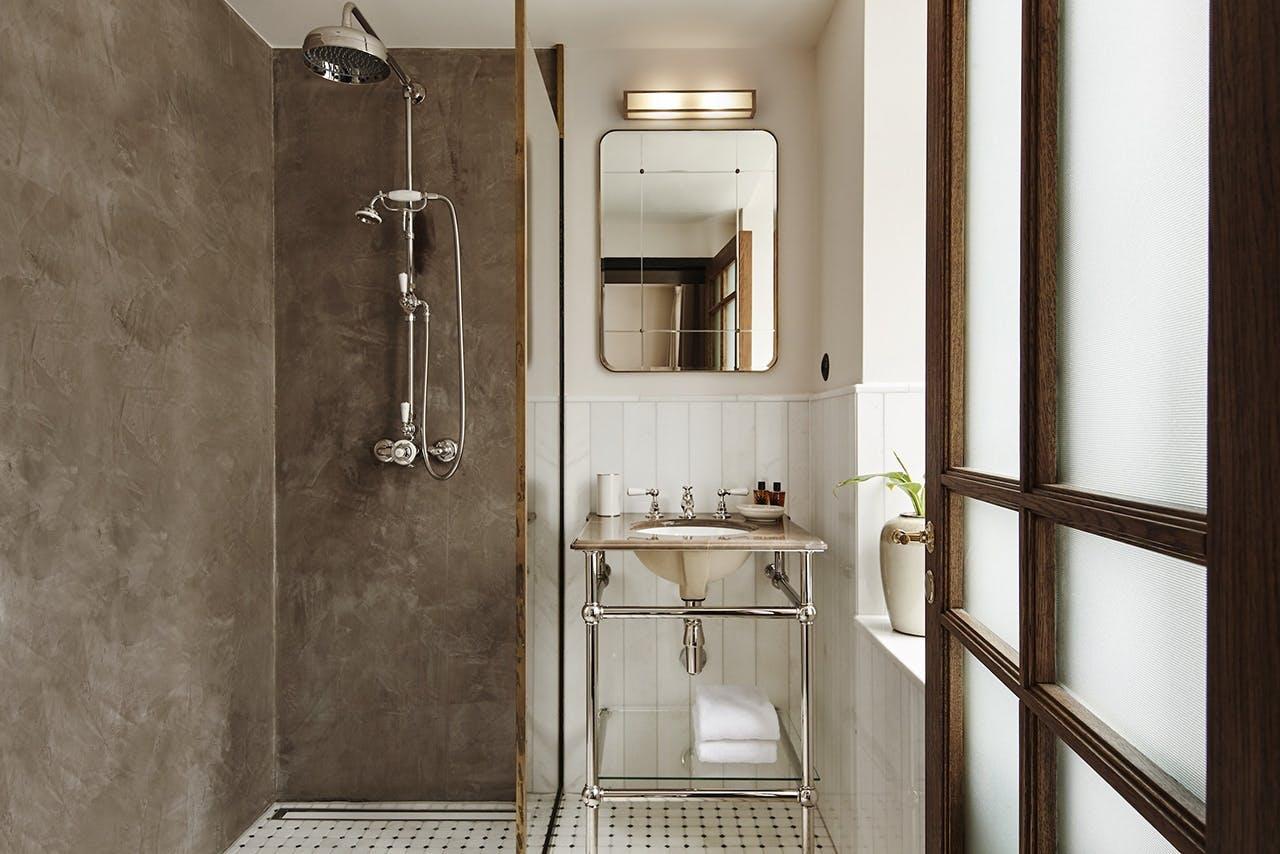 Hotel Sanders badeværelse i grå nuancer