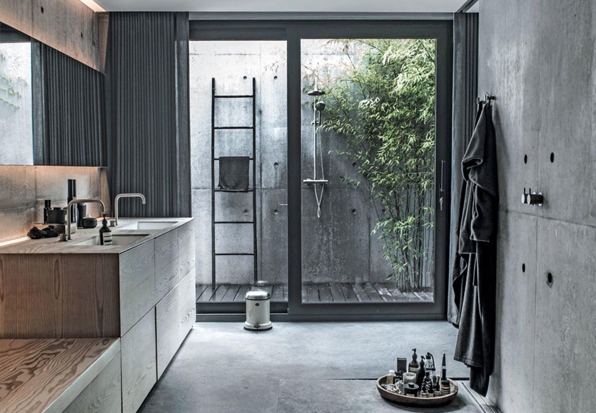 badeværelse i grå nuancer med udendørs bruseniche