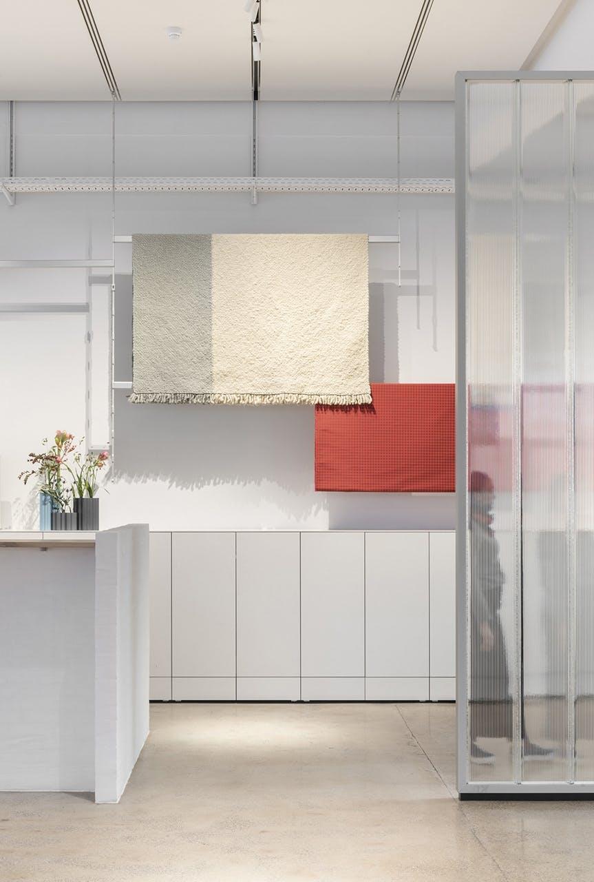 Receptionen og skabene i baggrunden er lavet af Kvadrats nye kompositmateriale Really, der består af op til 70 procent genbrugstekstiler.