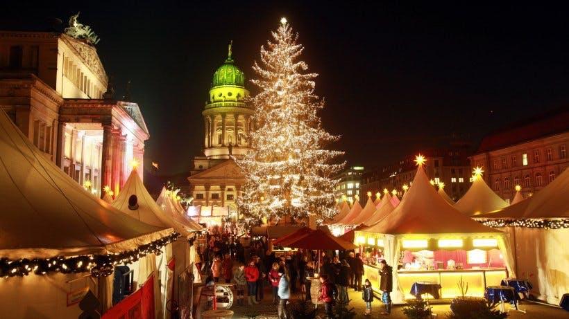 Julemarked med oplyste boder foran kirke Tyskland