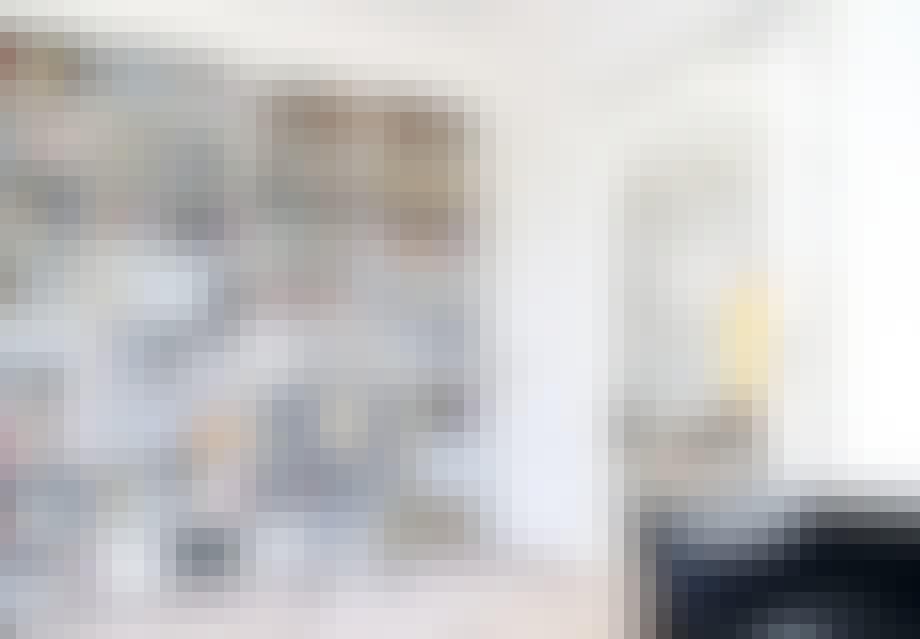 bogreol væg med stige i stuen
