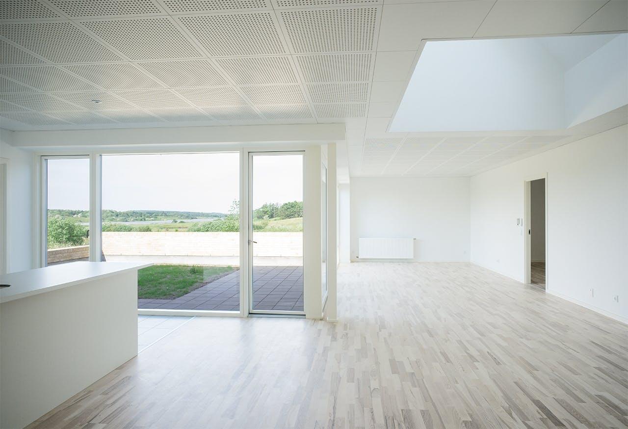 Moderne parcelhus med hvide vægge umøblereret