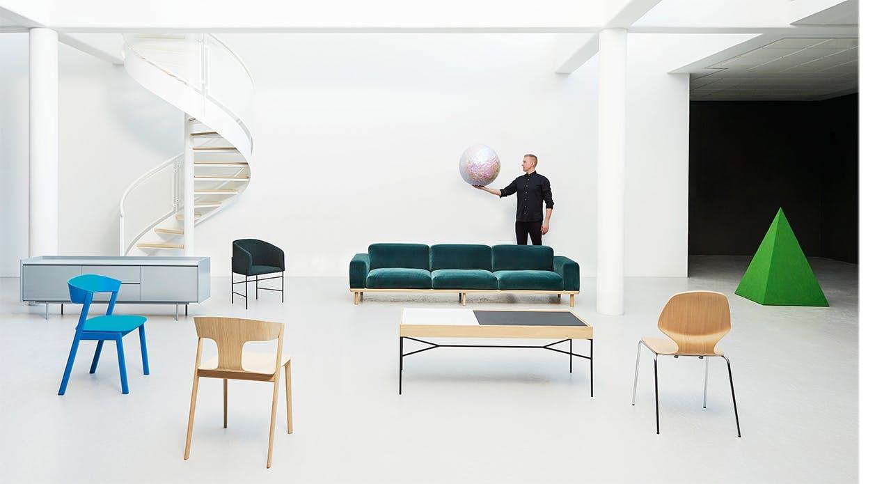 designer René Hougaard blandt sine møbler