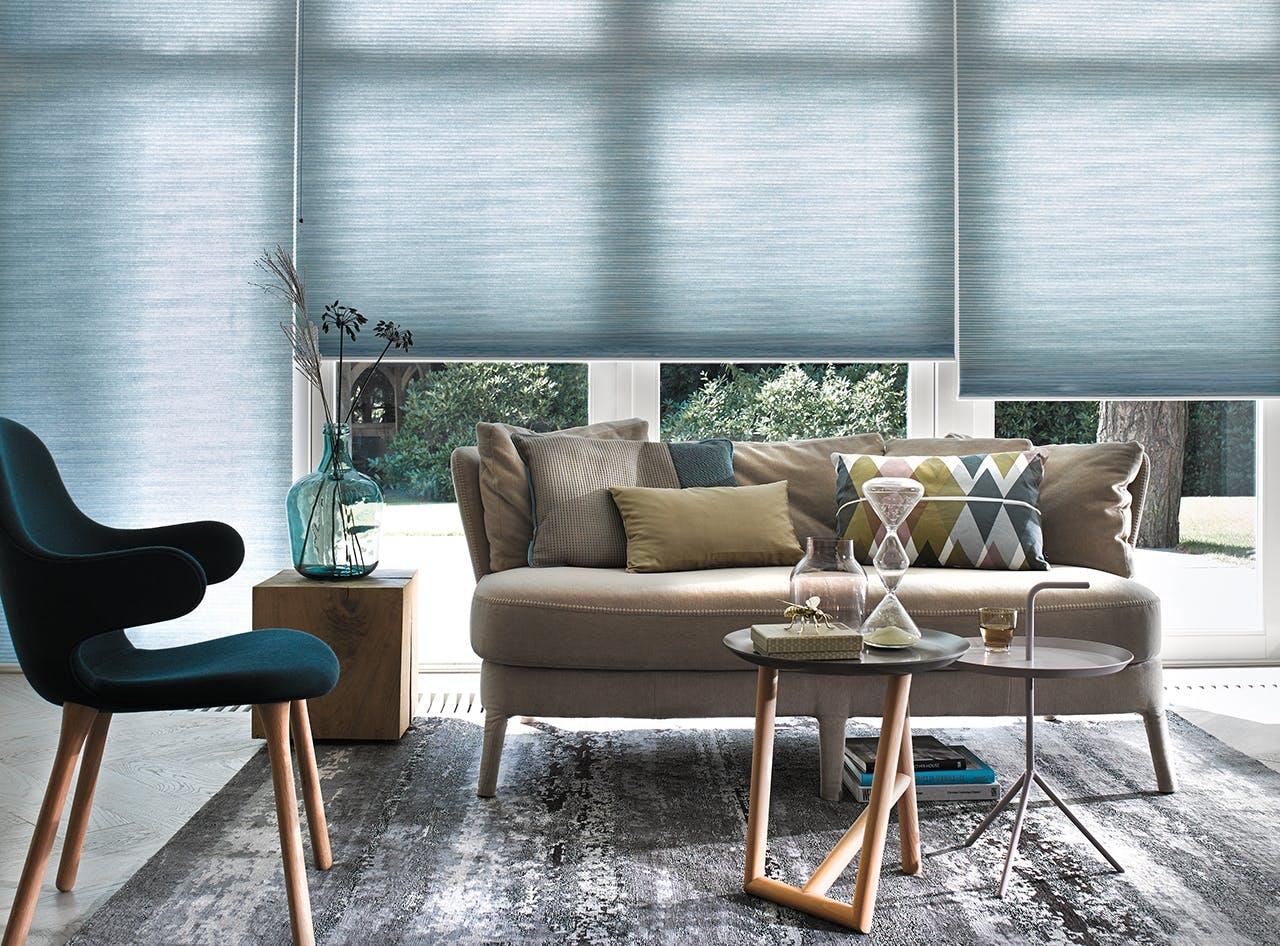 smart hjem med gardiner og sofahjørne