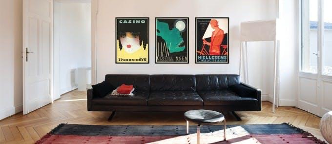 Dansk Plakatkunst plakater over sofa i sorte farver