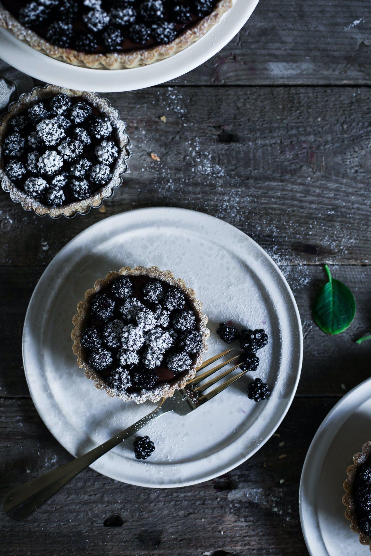 Blueberry Tales Brombærtærte opskrift chokolade tærte tallerken